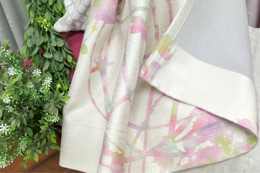 花柄がインパクトのあるカーテン