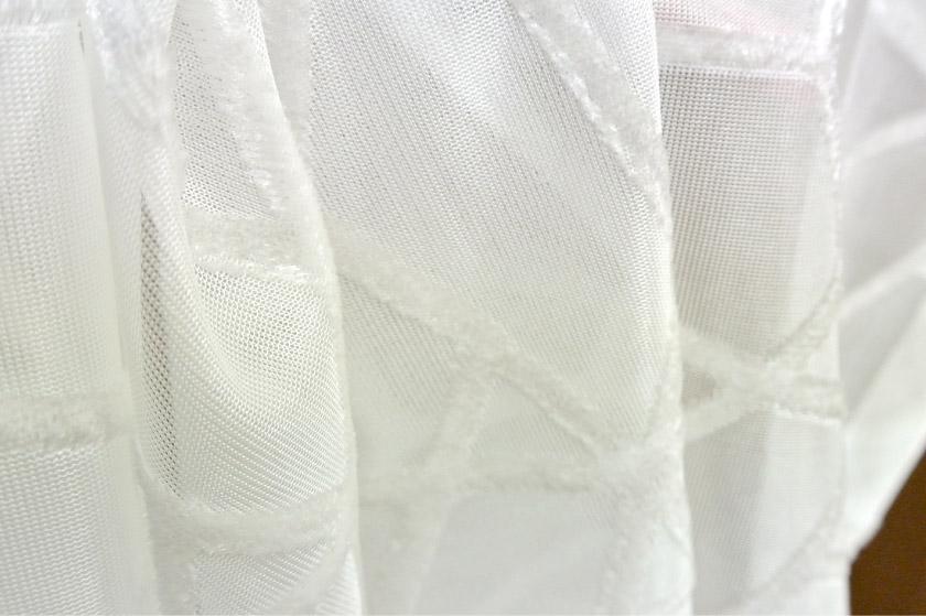 幾何学模様の部分を凹凸のある毛で表現したレースカーテン