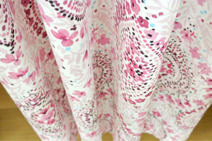 温かみのあるベロア生地小花カーテン