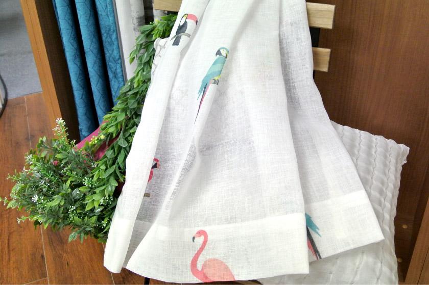 カラフルでおしゃれな南国の鳥のレースカーテン