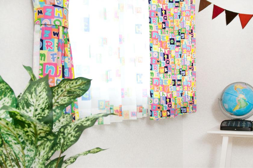 ポップな色のアルファベットがプリントされた子供部屋にぴったりのカーテン。