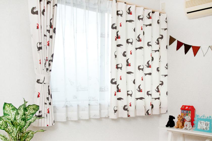 アイボリーの生地に可愛い赤ずきんちゃんと狼がプリントされたカーテン