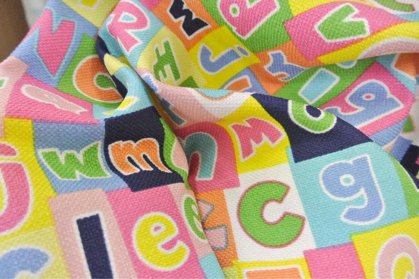 ポップな色の英語がプリントされた子供部屋にぴったりのカーテン。