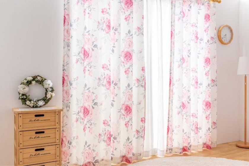 ピンクや赤のバラの花が全面にプリントされた可愛いカーテン
