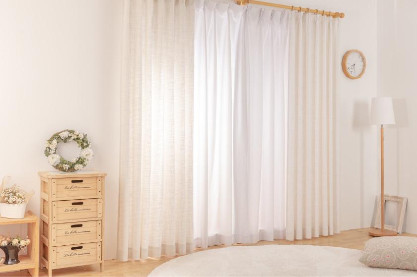 ベージュの無地でシンプルな遮光オーダーカーテン。さりげないラメがおしゃれ
