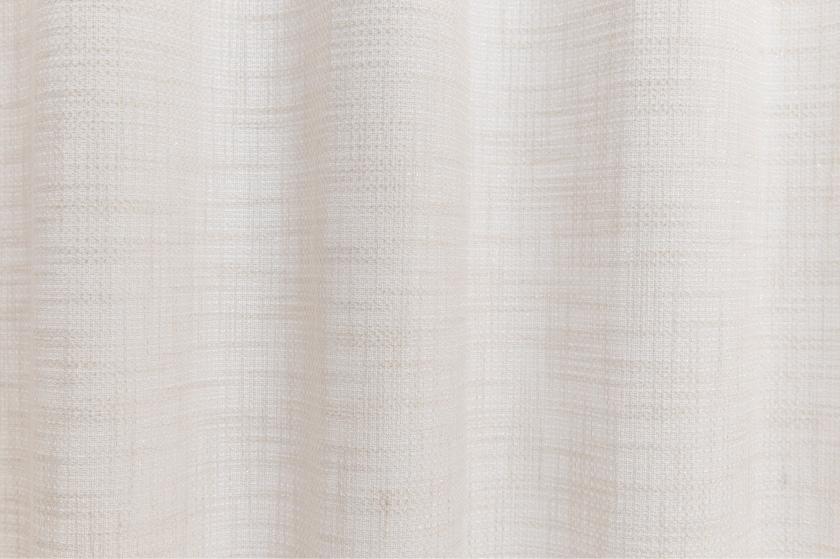 ベージュの無地でシンプルなカーテン。さりげないラメがおしゃれ