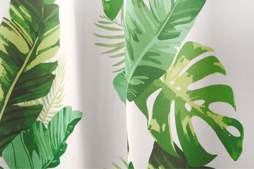 白い生地にバナナの葉をプリントしたハワイアンなカーテン
