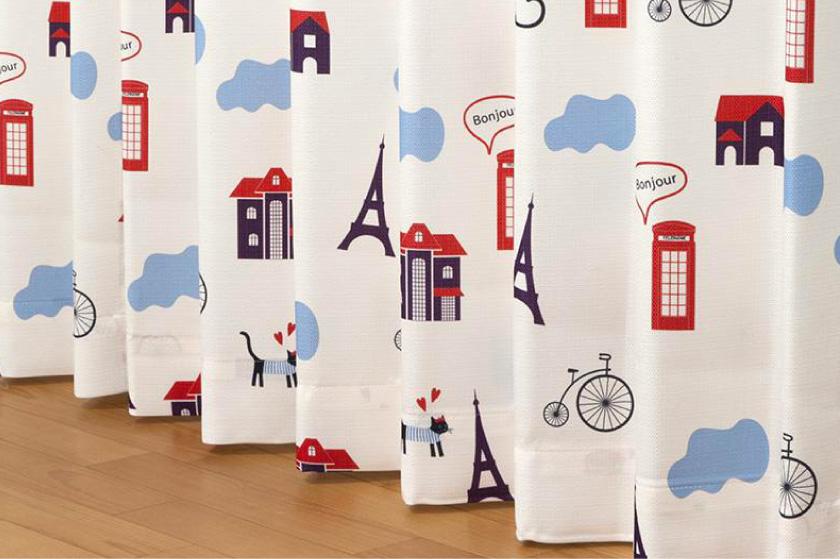 パリの景色と描かれたねこ好きにおすすめの、ドレープとレースがセットになった既製4枚セットカーテンです