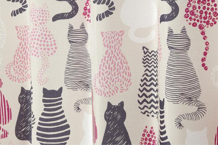 猫のシルエットがプリントされたねこ好きにおすすめの、既製4枚セットカーテンです