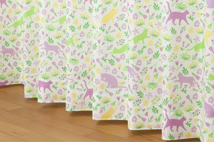 猫と小花がプリントされた可愛い既製4枚セットカーテンです。子供部屋にもおすすめ