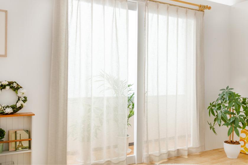 麻の質感のレースカーテン。薄くついた色が爽やかでおしゃれ
