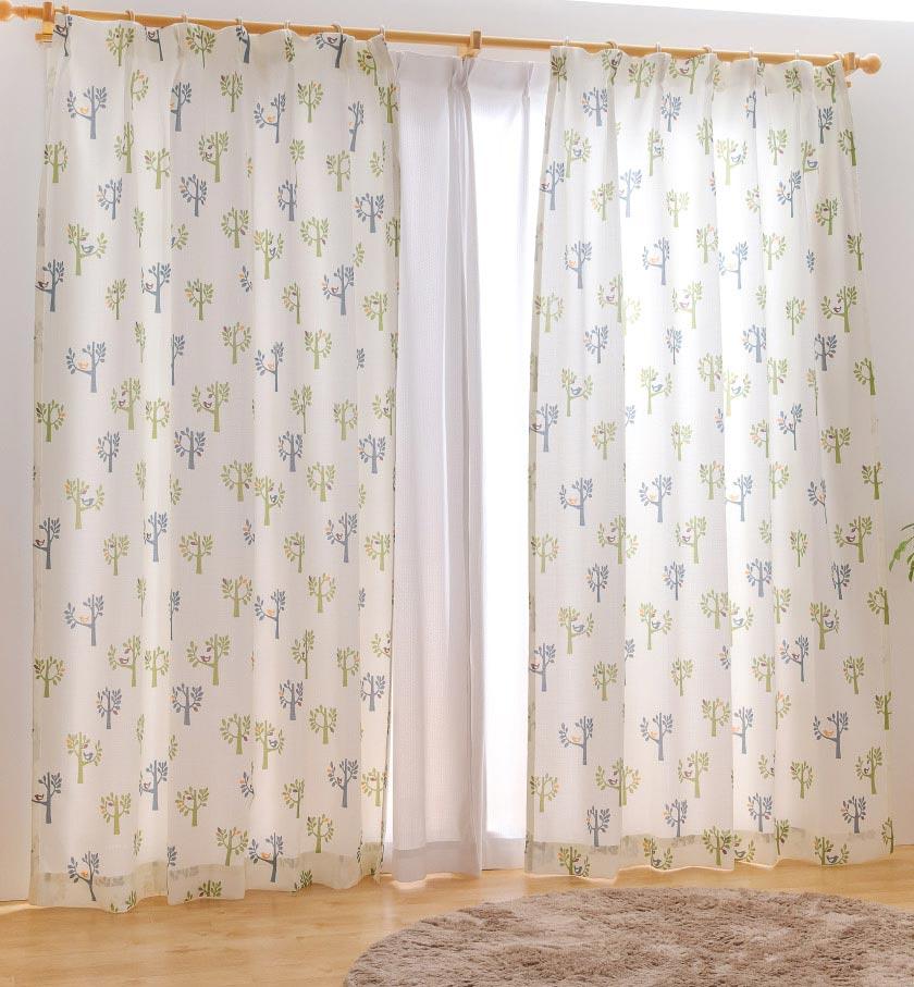 白地に木や鳥モチーフの描かれた爽やかなカーテン 子供部屋にもおすすめ